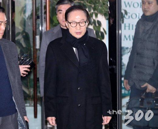 이명박 전 대통령이 지난 1월17일 오후 서울 강남구 삼성동 사무실에서 검찰의 특수활동비 수사와 관련한 성명서를 발표한 뒤 사무실을 떠나고 있다. /사진=홍봉진 기자