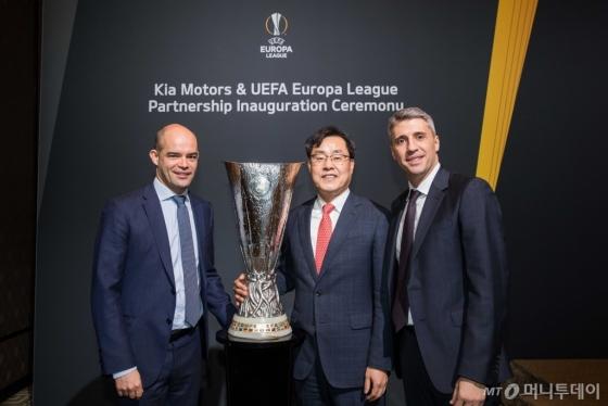기아차는 7일(현지시간) 스위스에 있는 인터컨티넨탈 제네바 호텔에서 'UEFA 유로파 리그 공식 후원' 조인식을 진행했다.  이 자리에 참석한 조용원 기아차 마케팅사업부장(전무·가운데), 피터 윌렘스 UEFA 마케팅·스폰서십 총괄(왼쪽), 에르난 크레스포 UEFA 홍보대사(오른쪽) 등이 참석했다./사진제공=기아차 <br /> <br />