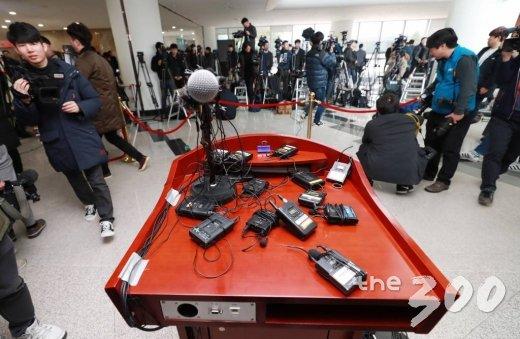 성폭행 의혹을 받고 있는 안희전 전 충남지사의 기자회견이 돌연 취소된 8일 오후 충남도청 로비에 마련된 단상에 방송사들의 무선마이크만 덩그러니 남아 있다. /사진=이동훈 기자