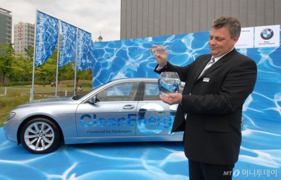 지난 2008년 5월 BMW가 국내에서 '하이드로젠 7' 시승회를 가진 가운데, 마이클 모이러 BMW 하이드로젠 개발 총책임자가 시승 후 깨끗한 물이 나오는 장면을 연출하고 있다./사진=BMW그룹 코리아
