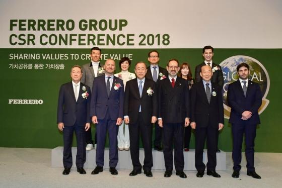 크레이그 바커(Craig Barker) 페레로 북아시아 대표(아랫줄 왼쪽 두번째)를 비롯한 행사 참석자들이 기념촬영을 하고 있다.