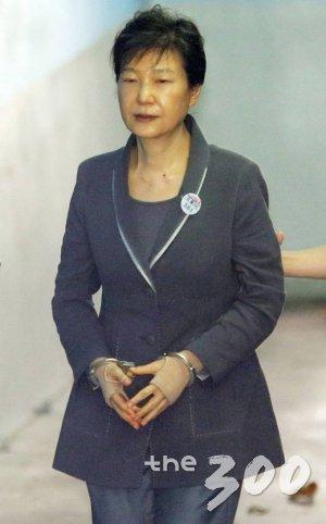 592억원대 뇌물 혐의 등으로 구속 기소된 박근혜 전 대통령이 7일 오전 서울 서초구 중앙지방법원에서 진행되는 49회 공판에 출석하고 있다.