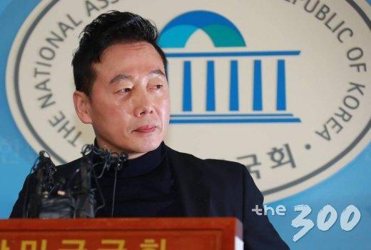 성추행 의혹을 받고 있는 정봉주 전 의원이 12일 오전 서울 여의도 국회 정론관에서 열린 반박 기자회견에 앞서 취재진을 바라보고 있다. /사진=이동훈 기자
