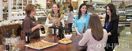 /사진=로우스 푸드에서 와인 시음회가 열린 모습/사진제공=Lowes food