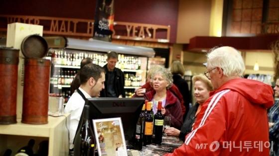 /사진=마켓 오브 초이스 고객들이 직원들과 대화를 나누고 있다. /사진제공=Market of choice