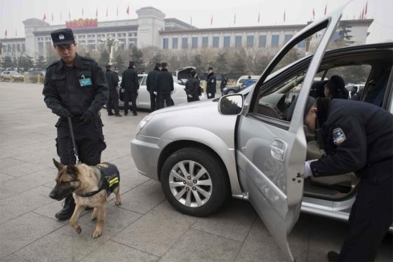 전국인민대표대회(전인대) 개막을 이틀 앞둔 지난 3일 전인대가 열리는 중국 베이징 인민대회당 주변에서 공안들이 차량을 검색하고 있다. /AFPBBNews=뉴스1