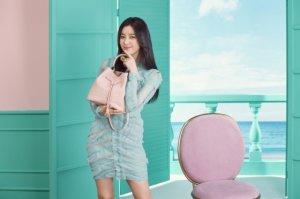 한효주, 세련된 가방 패션 공개…