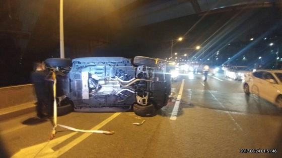 지난해 8월24일 오전 1시15분쯤 서울시 성동구 옥수동 강변북로에서 난폭운전을 하던 차량에 전복된 벤츠 차량 모습. /사진제공=성동경찰서