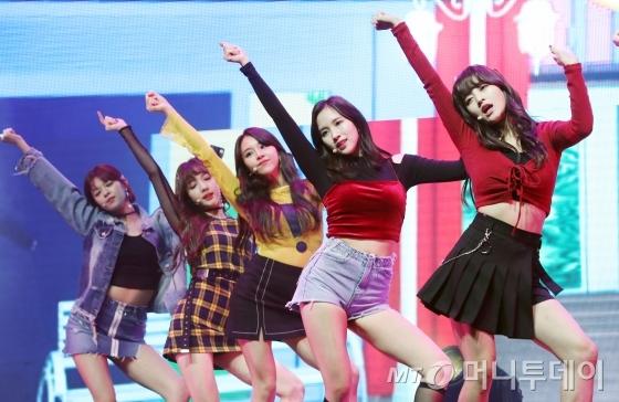 걸그룹 트와이스가 30일 오후 서울 광진구 광장동 예스24라이브홀에서 열린 첫번째 정규앨범 '트와이스타그램' 쇼케이스에서 무대를 선보이고 있다.