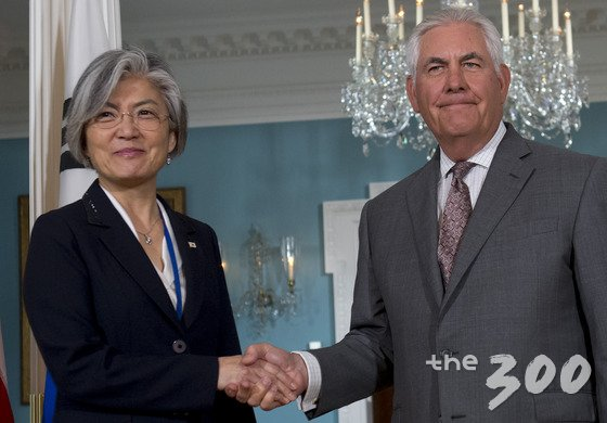 강경화 외무장관과 렉스 틸러슨 미국 국무장관이 28일 (현지시간) 워싱턴 국무부에서 회담에 앞서 악수를 하고 있다. /사진=뉴스1