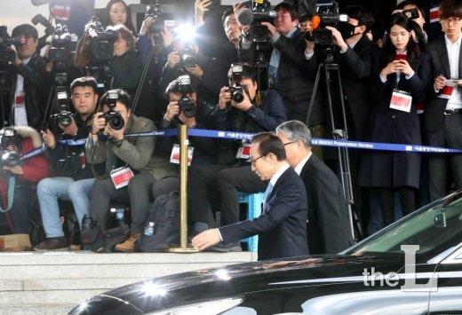 뇌물수수, 직권남용, 횡령 등의 혐의를 받고 있는 이명박 전 대통령이 14일 오전 서초동 서울중앙지검에 출석하고 있다./ 사진=홍봉진 기자