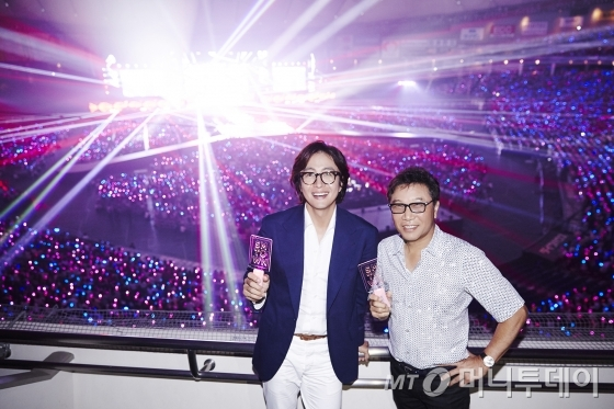 2016 SMTOWN 일본 도쿄돔 콘서트 관람하는 배우 배용준과 SM엔터테인먼트 이수만 총괄 프로듀서(오른쪽)/사진제공=에스엠