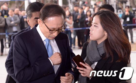 [사진]포토라인 나서려는 이명박
