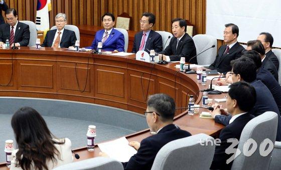 김성태 자유한국당 원내대표가 14일 오전 서울 여의도 국회에서 열린 원내대책회의에서 모두발언을 하고 있다.