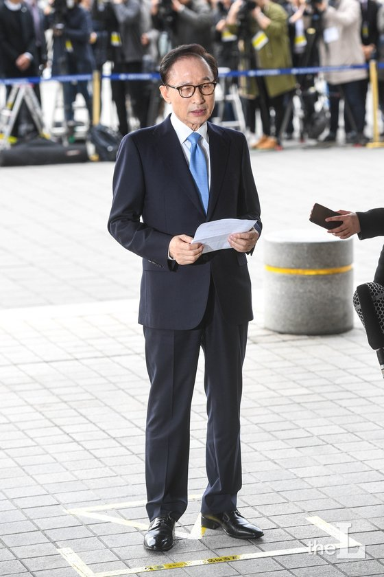 '뇌물수수·횡령·조세포탈' 등의 혐의를 받고 있는 이명박 전 대통령(77)이 14일 오전 피의자 신분으로 서울 서초동 중앙지검에 출석해 대국민 메시지를 밝히고 있다. 이 전 대통령은 전두환·노태우·노무현·박근혜 전 대통령에 이어 피의자로 검찰 조사를 받는 다섯 번째 전직 대통령이다. 2018.3.14/뉴스1  <저작권자 © 뉴스1코리아, 무단전재 및 재배포 금지>