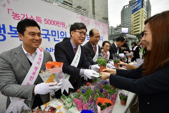 왼쪽부터 우진하 금융노조 NH농협지부위원장, 이대훈 NH농협은행장, 최창수 농협은행<br />  수석부행장. / 사진제공=농협은행