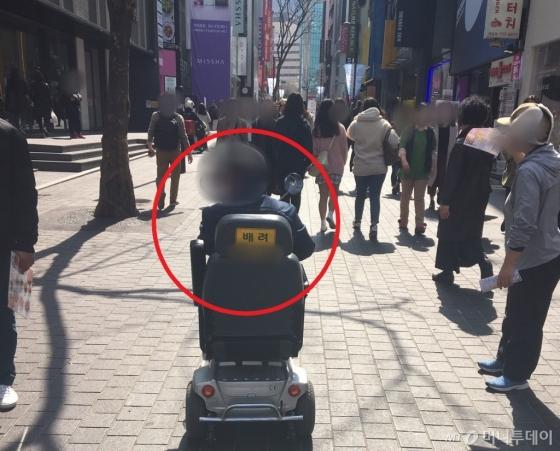 지체장애인 김영태씨(69)가 전동휠체어를 타고 명동거리를 둘러보고 있다. 그는 지체 3급 장애인이다./사진=남형도 기자