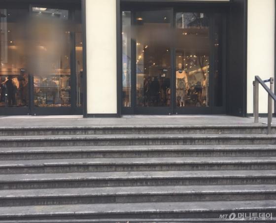 서울 중구 명동거리의 한 옷가게. 계단만 설치돼 있어 휠체어를 탄 장애인은 들어가기 어렵다./사진=남형도 기자