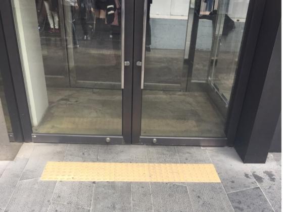 서울 중구 명동거리의 한 가게에 설치돼 있는 시각장애인용 점자블록. 대부분 가게가 점자블록이 설치돼 있지 않았다./사진=남형도 기자