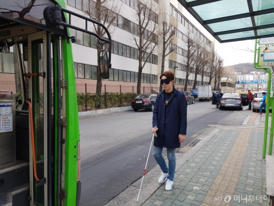 시각장애인 체험을 하는 기자. 버스도착안내방송을 듣고 일어섰지만 버스 출입구를 찾아 탑승하기까지 어려움을 겪었다. /사진=유승목 기자