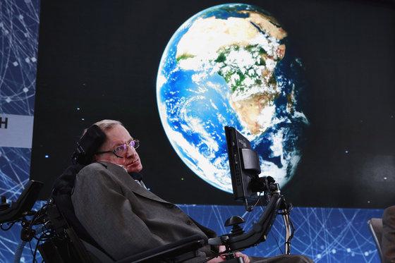 """영국의 세계적인 물리학자 스티븐 호킹이 타계했다.  호킹 박사의 자녀들은 성명을 내고 """"우리의 사랑하는 아버지가 오늘 눈을 감았다. 매우 슬프다""""라며 """"그는 위대한 과학자였고, 특별한 사람이었다. 그의 업적과 유산은 오랫동안 살아있을 것""""이라고 밝혔다.   사진은 2016년 4월 12일 뉴욕 월드트레이드센터 원 월드 전망대에서 열린 자신의 프로젝트 '브레이크스루 스타샷' 프로젝트를 설명하는 스티븐 호킹 박사. 2018.3.14/뉴스1  © 로이터=뉴스1  <저작권자 © 뉴스1코리아, 무단전재 및 재배포 금지>"""