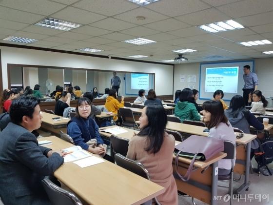 지난 15일 서울수화전문교육원에서 수강생들이 서로의 이름을 질문하고 대답하며 연습하고 있다. /사진=이재은 기자