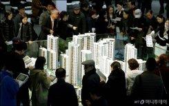 많은 인파로 붐비는 '디에이치 자이 개포' 견본주택