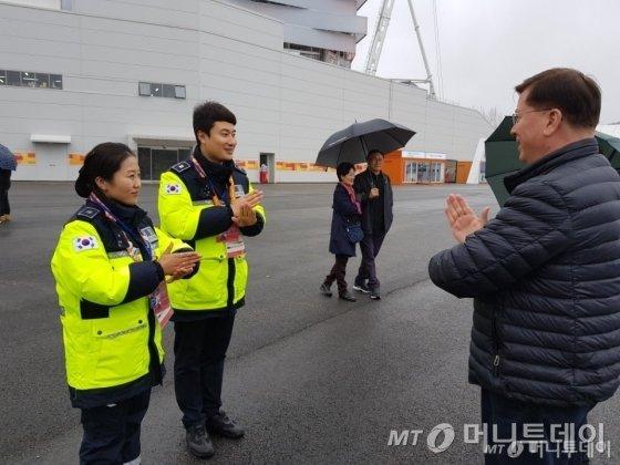 진선미 순경(왼쪽)과 황영진 순경(가운데)이<br />  일반인 방문객에게 수화를 알려주고 있다. /사진=박가영 인턴기자