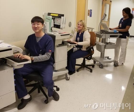 지난해 11월부터 미국 뉴욕에서 간호사 생활을 시작한 장찬우씨(30, 사진 왼쪽)가 소속 병원에서 업무를 보고 있다. / 사진=장찬우씨 제공