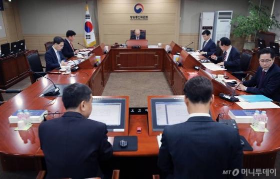 이효성 방송통신위원장이 21일 오후 경기도 정부과천청사에서 열린 13차 위원회 회의에서 모두발언을 하고 있다.