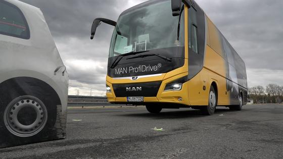 만(MAN) 버스가 시속 40km로 주행하던 중 사물이 나타나자 긴급제동시스템(EBA)이 작동하며 자동으로 멈췄다. 시속 80km에서도 이 기능이 이뤄진다./사진제공=만트럭버스코리아