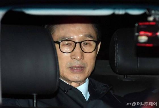 뇌물수수 혐의로 구속영장이 발부된 이명박 전 대통령이 23일 서울 논현동 자택에서 서울동부구치소로 향하고 있다.