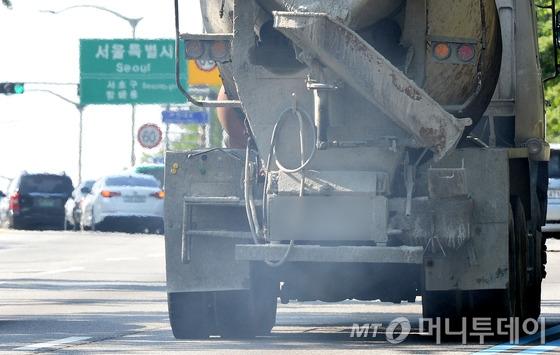 경기도 과천시 남태령고개를 지나는 경유 차량이 배기가스를 내뿜고 있다. 사진=뉴스1