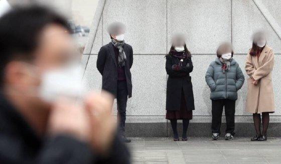 28일 오전 서울 광화문광장에서 마스크를 쓴 시민들이 미세먼지 줄이기 캠페인을 바라보고 있다./사진=뉴스1