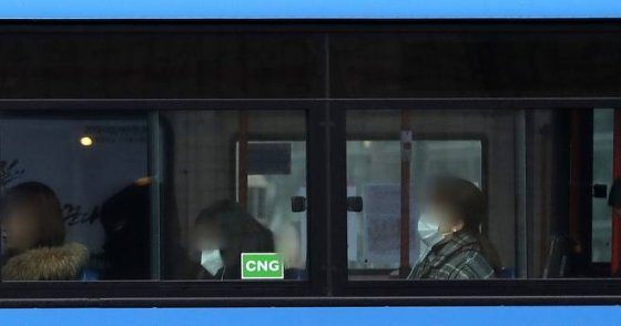 수도권에서 미세먼지 저감 조치가 발령됨에 따라 출퇴근 시간 서울 지역 버스와 지하철이 무료로 운행됐다./사진=뉴스1