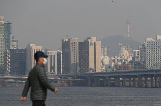 꽃샘추위가 물러가고 전국 대부분 지역에 미세먼지가 '나쁨' 수준을 보인 23일 서울 여의도 한강공원에서 시민들이 마스크를 쓴 채 산책을 하고 있다. /사진=뉴스1