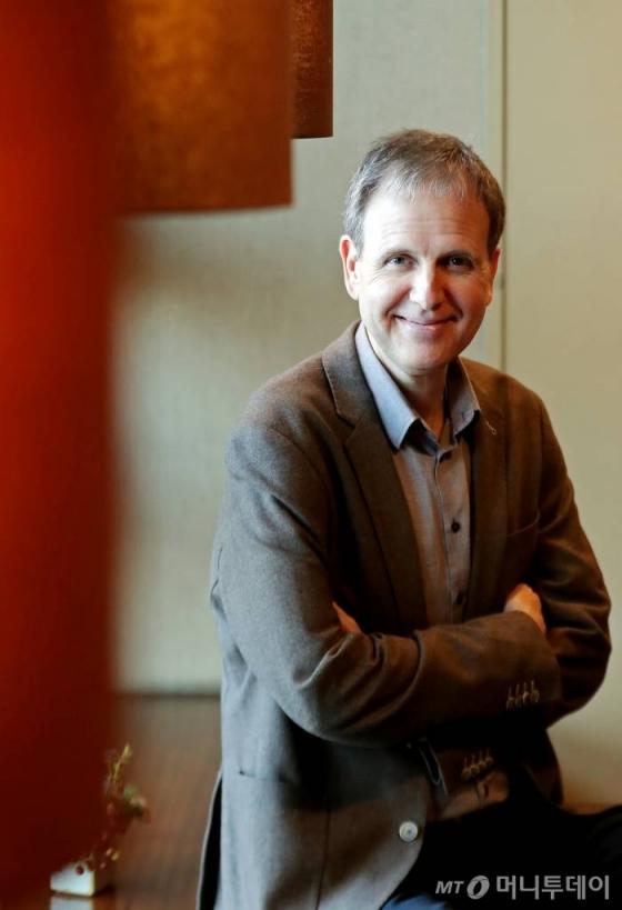 피아니스트 케빈 케너가 지난 25일 독주회 리허설을 마치고 인터뷰를 하며 포즈를 취하고 있다./사진=김창현 기자