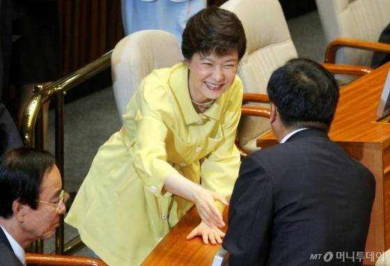 환히 웃는 2011년의 박근혜 당시 한나라당 의원.