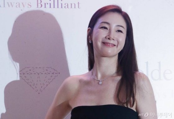 배우 최지우가 서울 중구 스테이트타워 남산에서 진행된 주얼리 브랜드 골든듀 'Always Brilliant' 행사에 참석해 포즈를 취하고 있다.