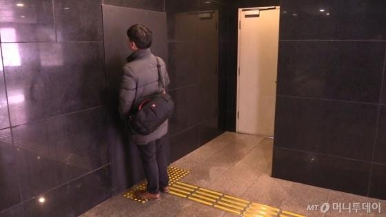 1호선 시청역 지하 보도. 점자블록이 막힌 문으로 유도하고 있다. /사진=강주헌 기자