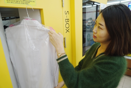 세븐일레븐 세탁 서비스를 이용 중인 고객의 모습 /사진제공=코리아세븐