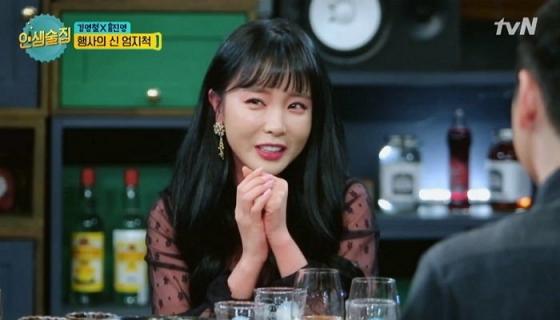 tvN '인생술집'에 출연한 홍진영. 술을 마셔 빨개진 피부를 커버하는 메이크업에 시청자들의 제품 공개 요구가 끊이지 않았다. /사진=tvN '인생술집' 방송 화면 캡처