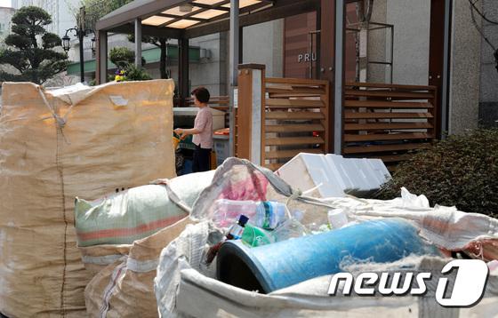 2일 오후 서울 용산구의 한 아파트 쓰레기수거장에 주민들이 내놓은 제활용품이 쌓여있다.  © News1 박지수 기자
