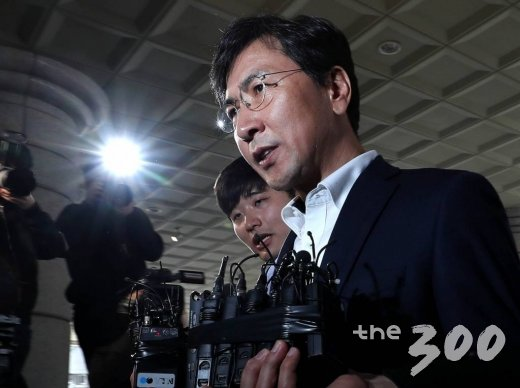 성폭행 혐의를 받고 있는 안희정 전 충남지사가 28일 오후 영장실질심사를 받기 위해 서울서부지법으로 출석하고 있다.