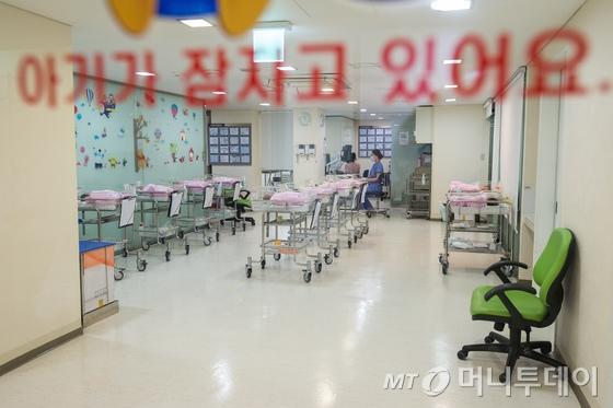서울 강남 산부인가 신생아실에서 간호사들이 신생아를 돌보고 있다./뉴스1
