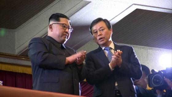 김정은 북한 노동당위원장(왼쪽)과 도종환 문화체육관광부 장관이 남측 예술단의 공연을 함께 관람하고 있다./사진=평양공연 공동취재단