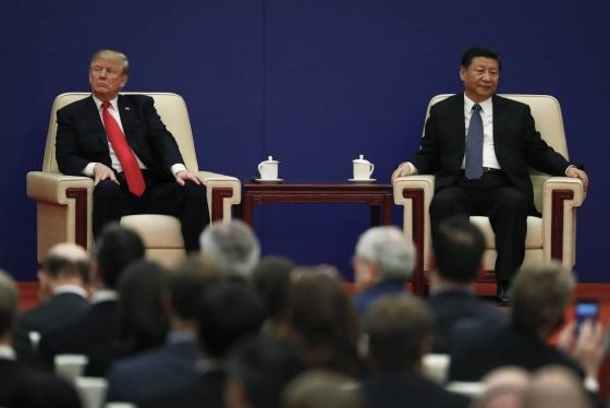 【베이징=AP/뉴시스】도널드 트럼프 미국 대통령이 9일 중국 베이징 인민대회당에서 열린 미중 기업인 행사에 시진핑 국가주석과 함께 참석해 서로 다른 방향을 바라보고 있다. 2017.11.09   <저작권자ⓒ 공감언론 뉴시스통신사. 무단전재-재배포 금지.>