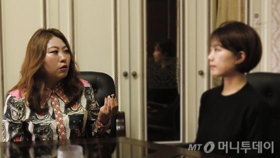 관상전문가 김민정 원장(왼쪽)이 기자의 관상을 보고 이야기를 나누고 있다. /사진=이상봉 기자