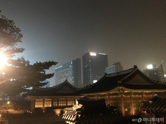 덕수궁에서 바라본 지난달 25일 미세먼지가 뿌옇게 뒤덮인 서울 시내 전경
