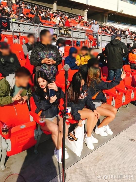 경기 전 치어리더가 등장하자마자 사진 찍기를 요청하는 팬들이 몰려들었다./사진=한지연 기자